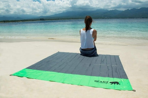 BEARZ Outdoor Beach Blanket:Compact Pocket Blanket